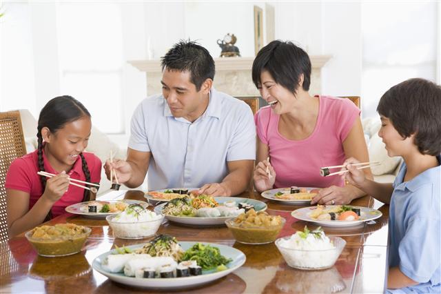 Xây dựng tình cảm với con trẻ nơi... bàn ăn